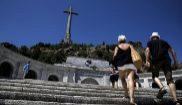 Dos personas suben las escaleras que dan acceso a la basílica del...