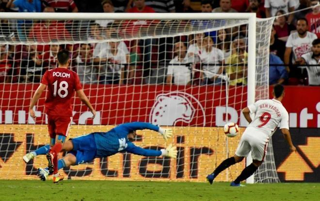 Ben Yedder (d) marca el tercer gol del Sevilla ante el Sigma Olomouc.