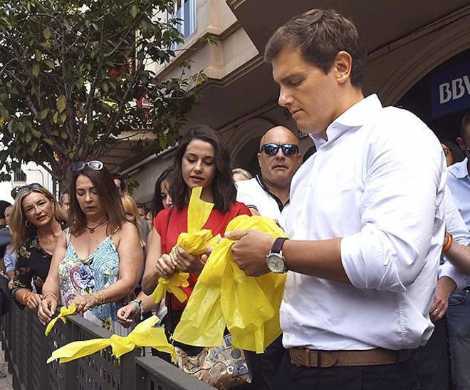 Inés Arrimadas y Albert Rivera, retirando lazos amarillos el pasado...