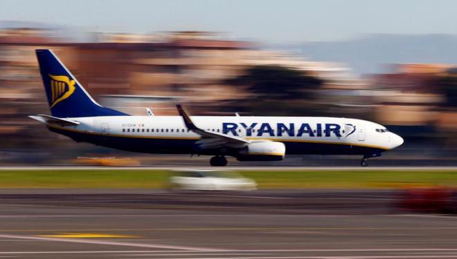 Un avión de Ryanair aterriza en el aeropuerto de Fiumicino, Roma.