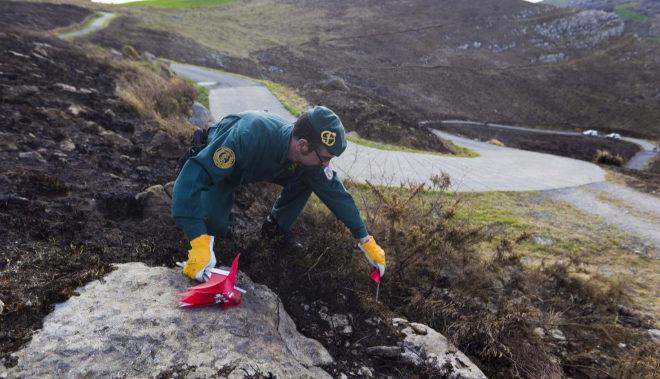 Un funcionario de la Guardia Civil investiga el incendio de Cantabria en 2013