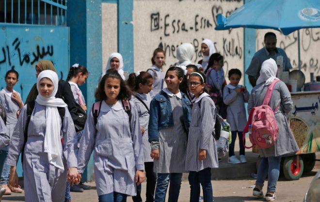 Alumnas de una escuela administrada por la UNRWA en la ciudad de Gaza el 29 de agosto, primer día de clases tras las vacaciones.