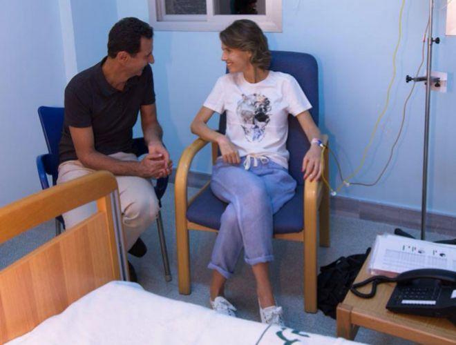 Asma Asad en una habitación de hospital junto a su marido, el presidente Bashar Asad.
