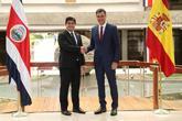 Pedro Sánchez saluda al presidente de Costa Rica, Carlos Alvarado,...