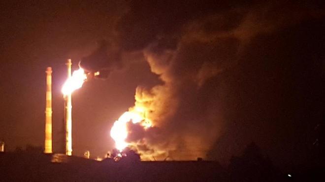 Aparatoso incendio en una refinería en Vohburg an der Donau, en el...