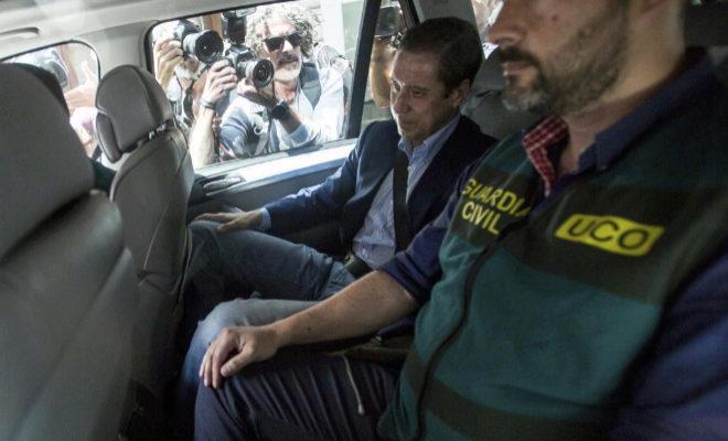 El ex ministro de Trabajo y ex presidente de la Generalitat Valenciana, Eduardo Zaplana, tras ser detenido en su domicilio de Valencia el 22 de mayo.