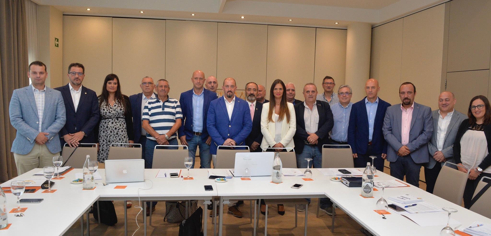 Los representantes de las asociaciones de víctimas y de policías en un reunión en Vitoria.