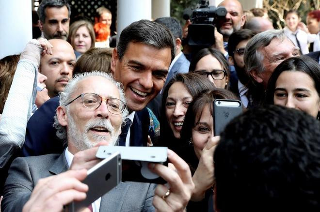 El presidente del Gobierno, Pedro sánchez, se hace toma fotos en su reciente visita a Chile.