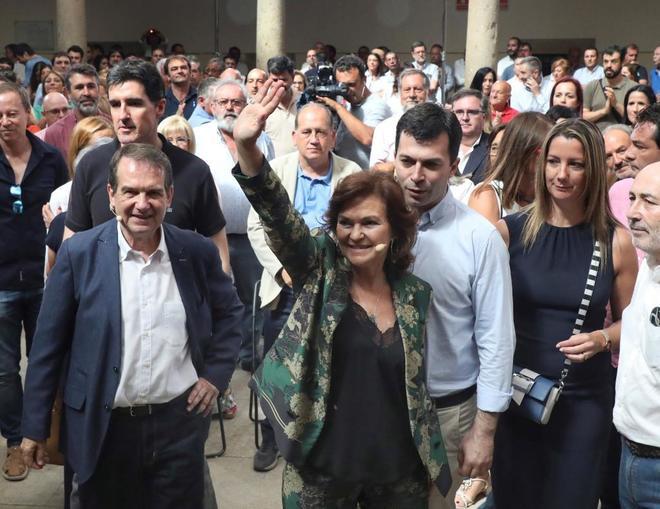 Carmen Calvo, junto al alcalde de Vigo, Abel Caballero (izqda.), en un...