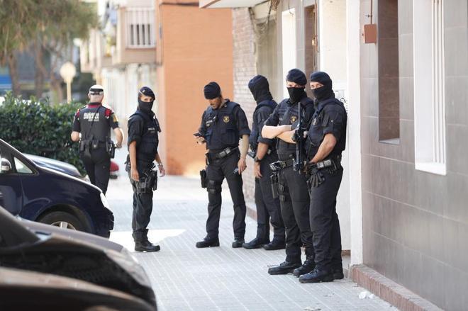 Los mossos custodian el edificio donde vivía el hombre que entró con un cuchillo en la comisaria.