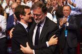 Pablo Casado y Mariano Rajoy se dan un abrazo tras ser elegido el...