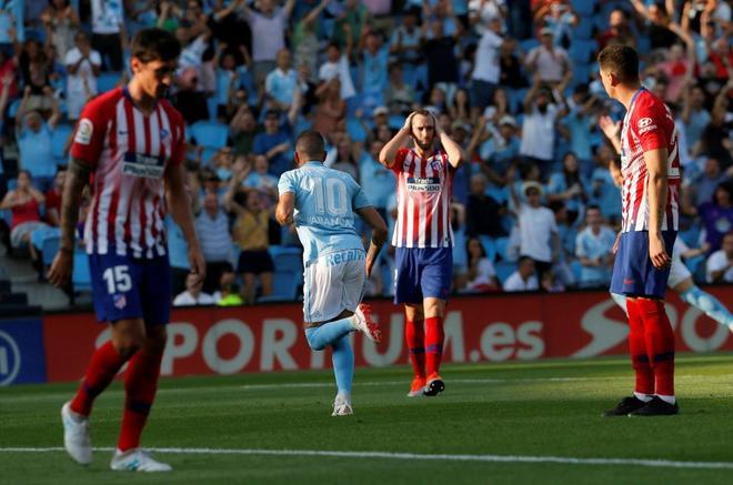 Aspas celebra su gol, ante la desesperación de los jugadores del Atlético.