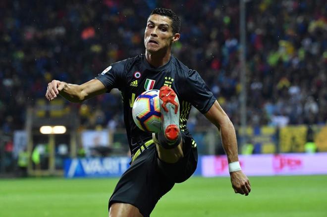 Cristiano Ronaldo intenta controlar el balón, contra el Parma.
