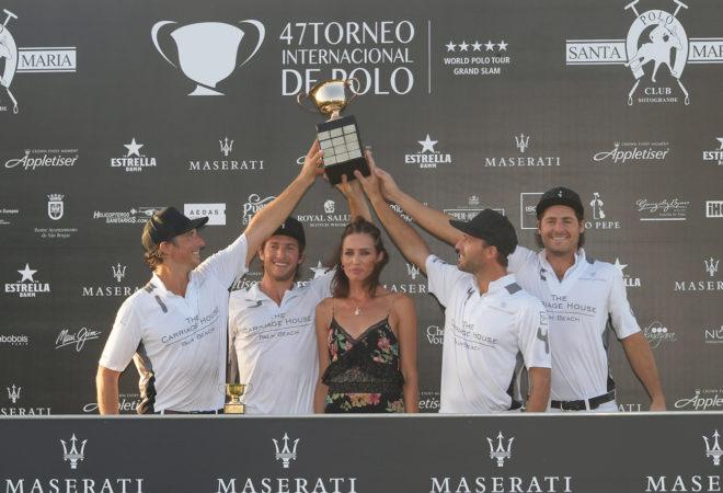 Nieves Álvarez entrega la Copa de Oro Maserati a La Indiana.