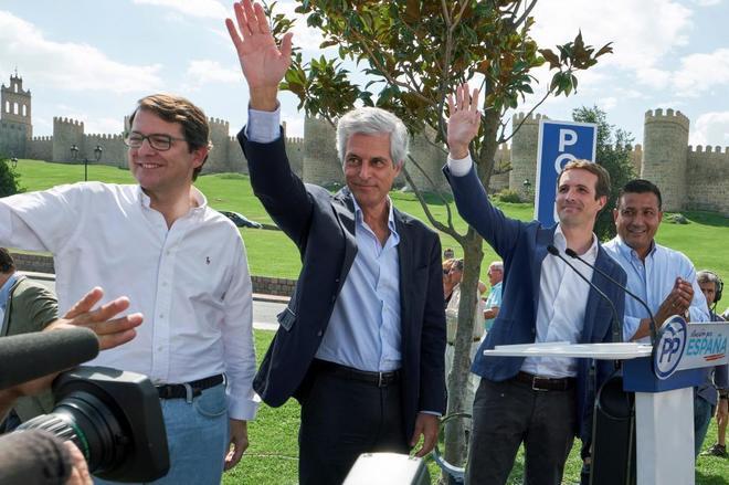 De izqda. a dcha., Alfonso Fernández Mañueco, presidente del PP de Castilla y León; Adolfo Suárez Illana, Pablo Casado y Carlos García, presidente del PP de Ávila.