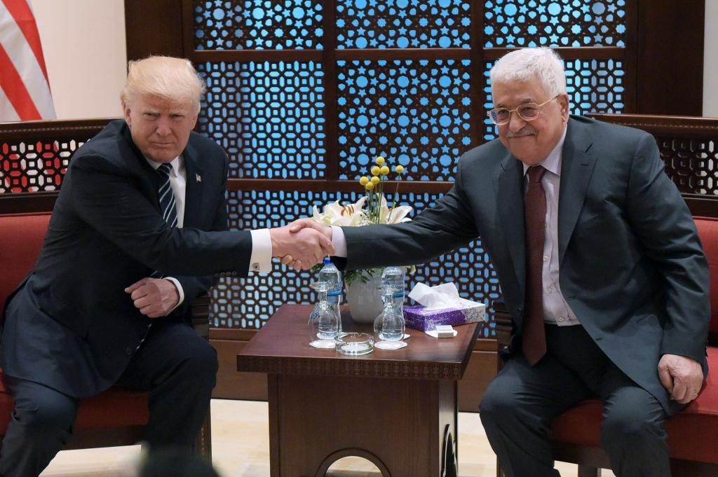 El presidente de Estados Unidos, Donald Trump, estrecha la mano del líder palestino, Abu Mazen, en mayo de 2017.