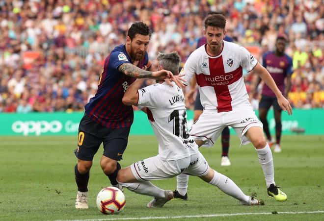 Messi se va de Luisinho, en la acción del primer gol del Barça al Huesca.