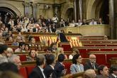 Àngels Martínez retirando las banderas españolas del PP en el...