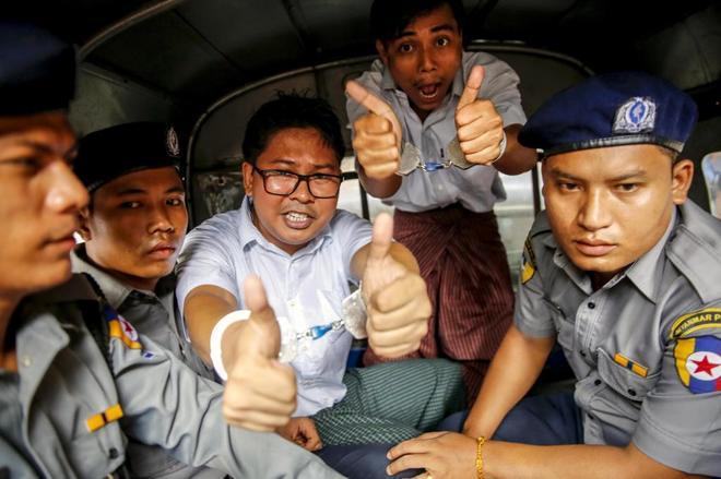 Los dos periodistas de Reuters posan tras su paso por el tribunal.
