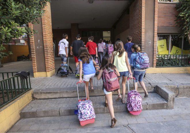 Varios niños durante el inicio del curso escolar en un colegio de la...