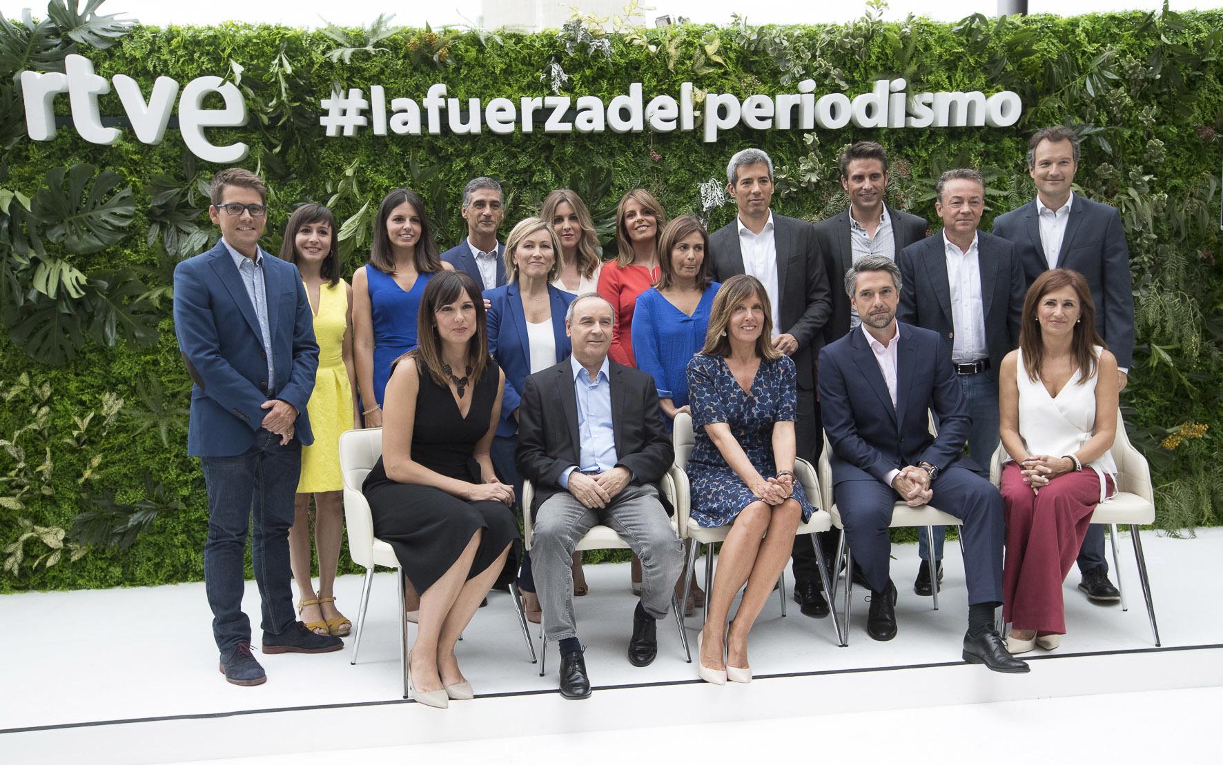 Presentadores y editores de los Informativos de RTVE, con Begoña...