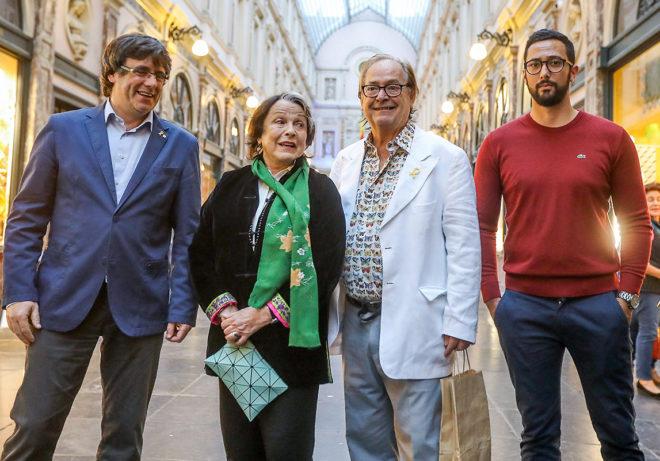 Puigdemont y Valtònyc, junto a la actriz Claire Bloom y a Ventura Pons, director de 'Miss Dalí', estrenada ayer en Bruselas.