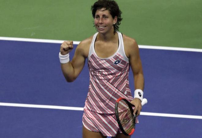 Carla Suárez celebra la victoria sobre María Sharapova.