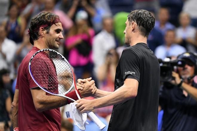 Roger Federer (izda.) felicita a John Millman tras su triunfo en el Abierto de Estados Unidos en octavos de final.