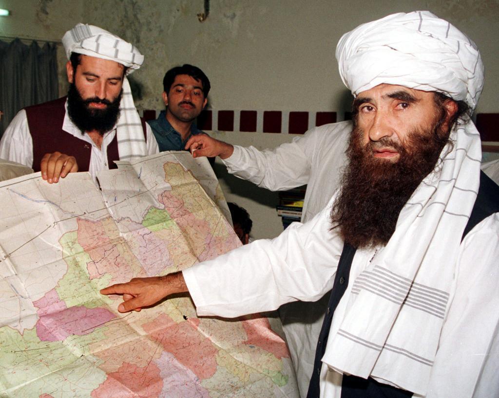 Jalaluddin Haqqani, fundador de la Red Haqqani, señala un mapa de Afganistán en Islamabad, Pakistán.