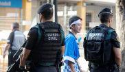 Miembros de la Guardia Civil vigilan la localidad valenciana de Buñol...