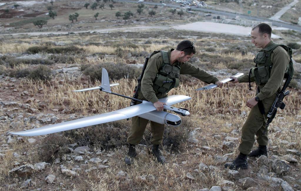 Unos soldados israelíes preparan un dron militar en la franja de Cisjordania.