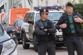 Dos agentes de la Guardia Civil durante un registro de la empresa...