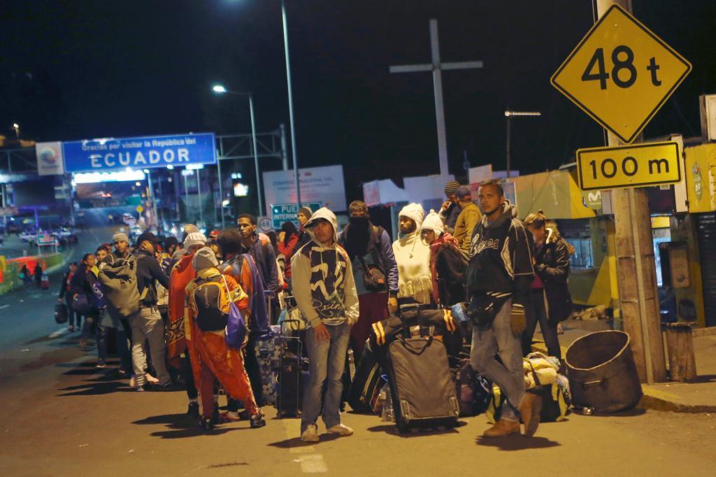 Migrantes venezolanos en el Puente Internacional de Rumichaca, en Ecuador.
