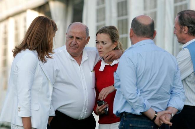 El dueño de Inditex, Amancio Ortega, junto a su hija, Marta, en La...