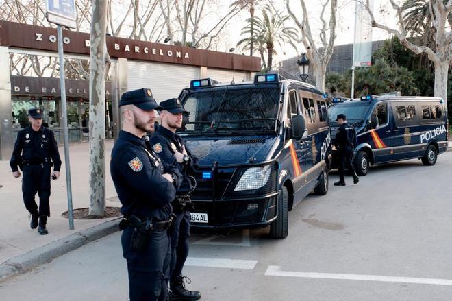 Agentes de la Policía Nacional custodian las inmediaciones del...