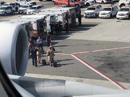 Personal del avión siendop evacuado por los servicios de emergencia.