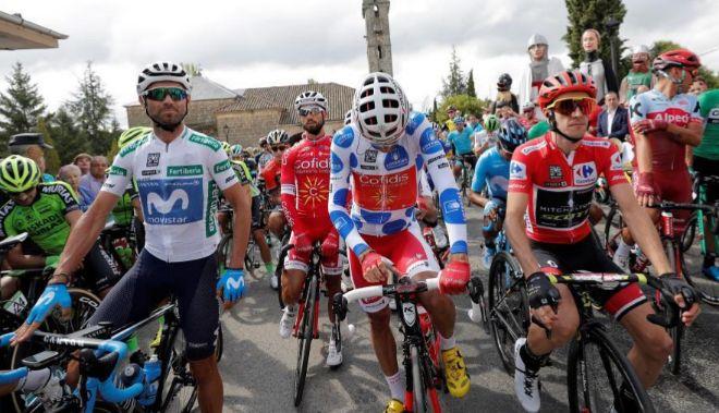 Valverde (i), Luis Ángel Mate y el líder Simon Yates en la salida de Mombuey.