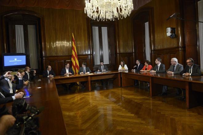 El Govern en pleno, con Carles Puigdemont a la cabeza, firma el 6 de septiembre de 2017 el decreto de convocatoria del 1-O.