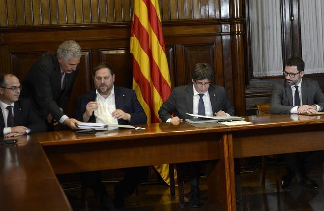 Carles Puigdemont, Oriol Junqueras y el resto del Govern firman el decreto de convocatoria del referéndum del 1-O, el 6 de septeimbre del pasado año.