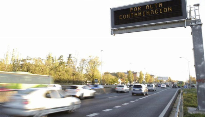 Cartel en el acceso a Madrid por la A5