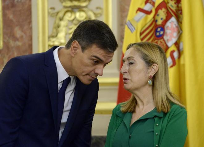 El presidente del Gobierno, Pedro Sánchez, y la presidenta del...