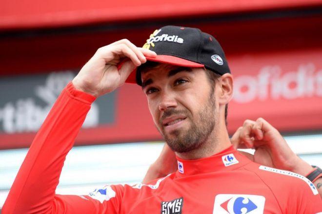 Jesús Herrada en el podio de La Vuelta con el jersey rojo.