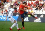 Mikel Oyarzabal dispara el balón ante el defensa albanés y anota el primer gol español.