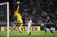 Areola despeja el balón, durante el partido entre Alemania y Francia.