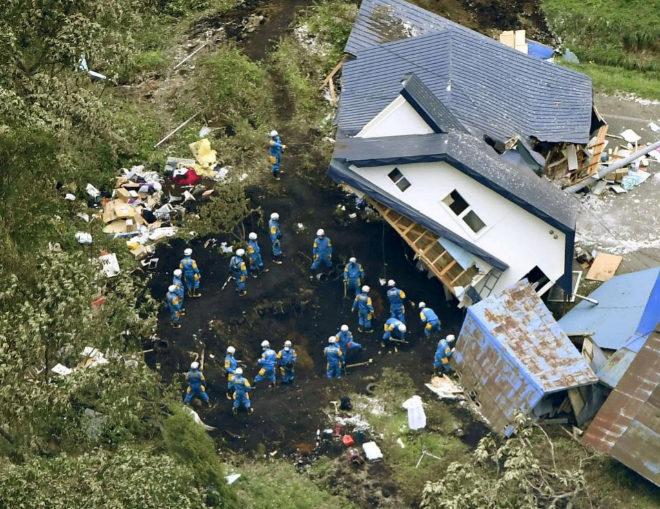 Búsqueda de supervivientes en los restos de una casa dañada en la ciudad de Atsuma.