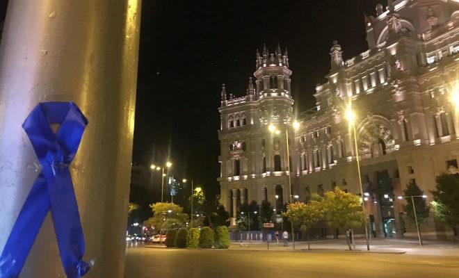 la policía municipal viste madrid con lazos azules para visibilizar