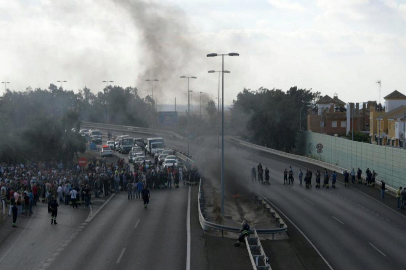 Trabajadores de Navantia cortan la autovía CA-33