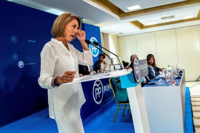 María Dolores de Cospedal, visiblemente emocionada en un momento de...