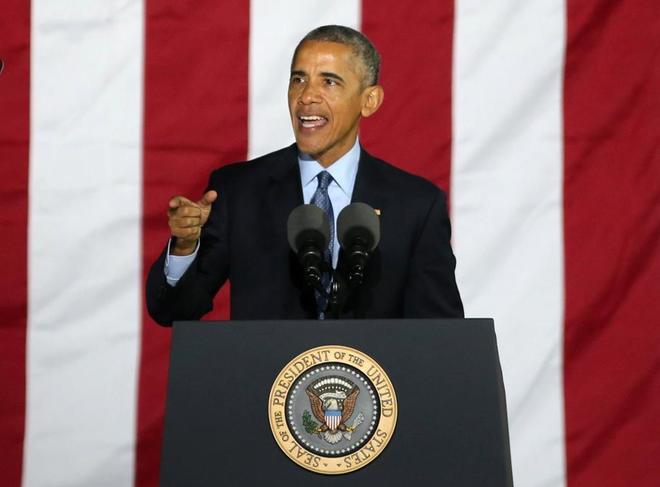 El expresidente Barack Obama habla durante la campaña para la candidata demócrata Hillary Clinton