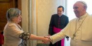 La teóloga estadounidense, de 68 años, en un encuentro con el Papa Francisco.